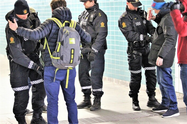 Her foretar politiet en knivransaking av tilfeldige personer ved Grønland T-banestasjon. � I Oslo politidistrikt ser vi en dobling i antall knivstikkinger på en viss periode i år sammenlignet med året før, sa justisminister Jøran Kallemyr (Frp) i NRKs Politisk kvarter. Foto: André Kjernsli