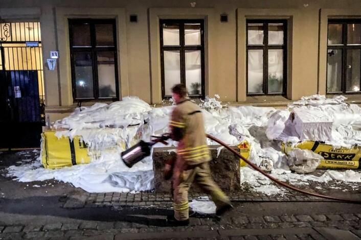 Her skumlegger brannvesenet sekkene med brannfarlig avfall. Utenfor noen bygårder på Tøyen og Grünerløkka sto sekker bare noen centimeter unna et soveromsvindu. Foto: Oslo brann- og redningsetat