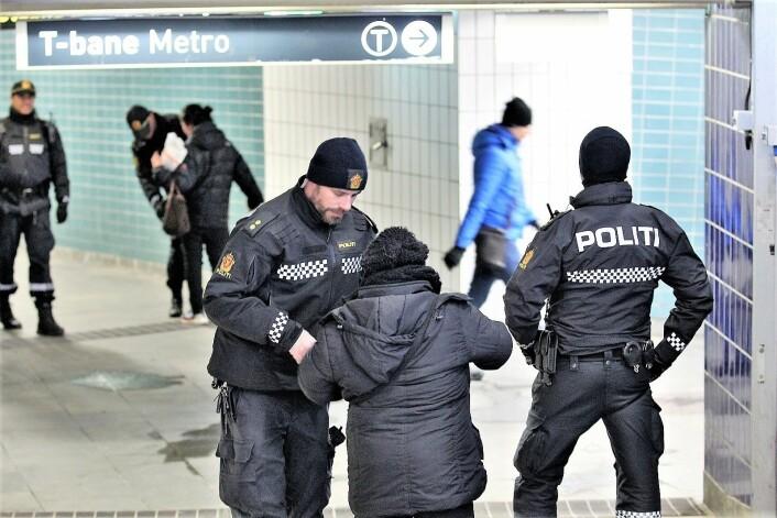 Politiet stanser folk i en knivkontroll ved Grønland T-bansestasjon rett før påske. Foto: André Kjernsli