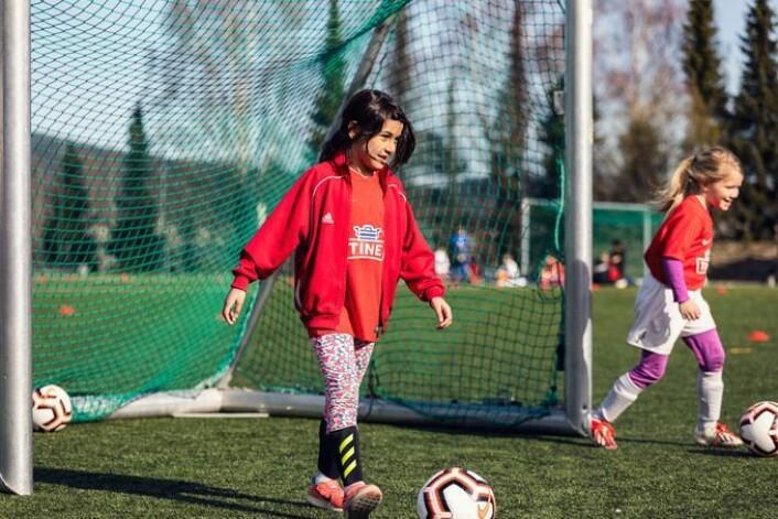 � Vi ønsker å introdusere enda flere jenter for fotball, sier NFFs sier prosjektmedarbeider i NFF, Julie Karima Berg. Gratistilbudet hos Haugerud IL var rettet mot jenter mellom seks og 12 år. Foto: Tine