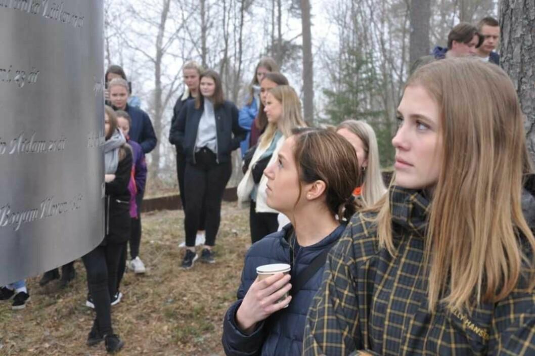 Ingen navn kommer først eller sist på minnemerket over de drepte. Linnea Svinndal (til h), Sara Aspaas Friling og medelever fra Ringerike folkehøyskole. Foto: Arnsten Linstad
