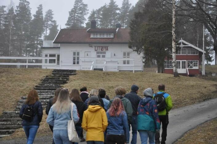 Elevene fra Ringerike folkehøyskole møtes av en bygning de har sett utallige bilder av. Foto: Arnsten Linstad