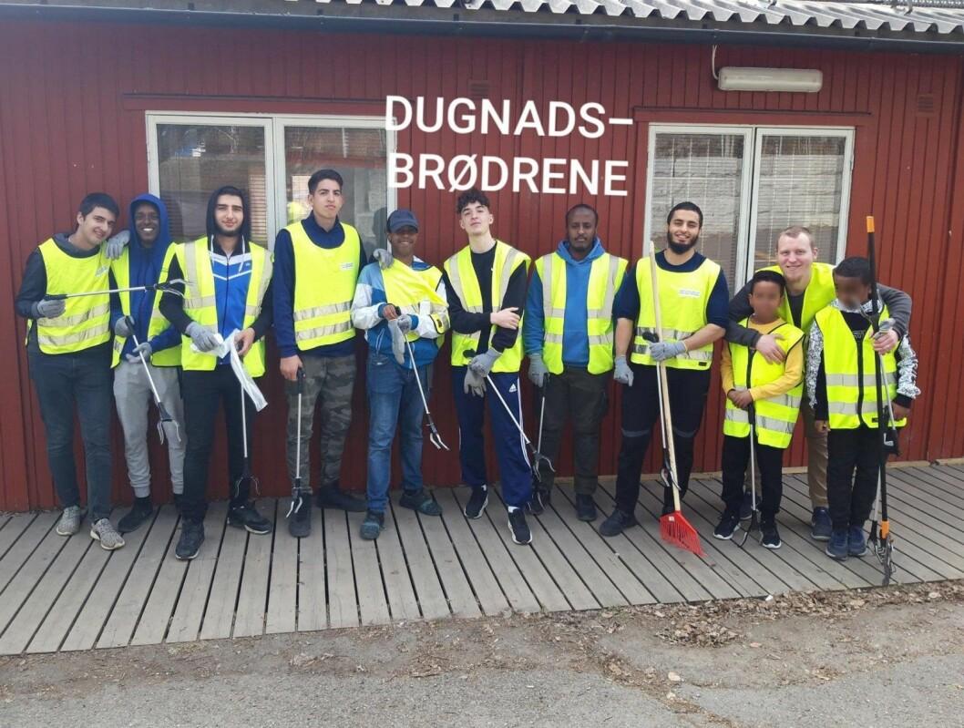 Bak ytterst til høyre står Nickolai Bev, som sammen med Usman Habib organiserte søppelplukking og rydding 1. påskedag på Bjørndal. Foto: Usman Habib