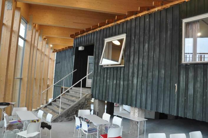 Deler av Kafèbygget er bevart på Utøya. Inne danner tekstmeldinger fra 22. juli en tidslinje over de grusomme drapene. Foto: Arnsten Linstad