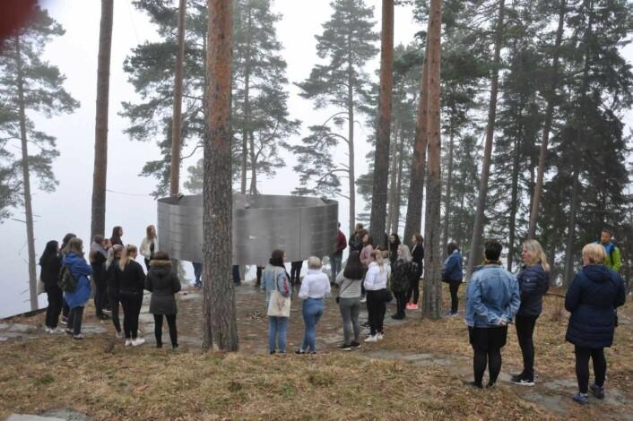 Elever fra Ringerike folkehøyskole ved minnesmerke på Utøya. Foto: Arnsten Linstad