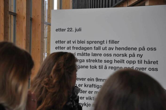 Inne i Hegnhuset, men utenfor Kafèbygget, møtes man av Frode Gryttens dikt om 22. juli 2011. Foto: Arnsten Linstad