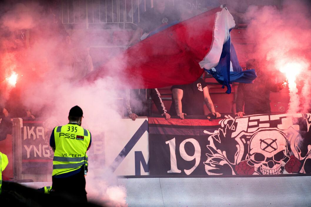 Vålerengafans med ulovlige pyroeffekter på Brann stadion. NFFs regler slår fast at bortelagets supportere ikke kan bruke bluss og andre pyroeffekter. Foto: Marit Hommedal / NTB scanpix