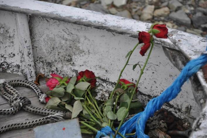 Det legges fortsatt ned roser rundt om på Utøya. Foto: Arnsten Linstad