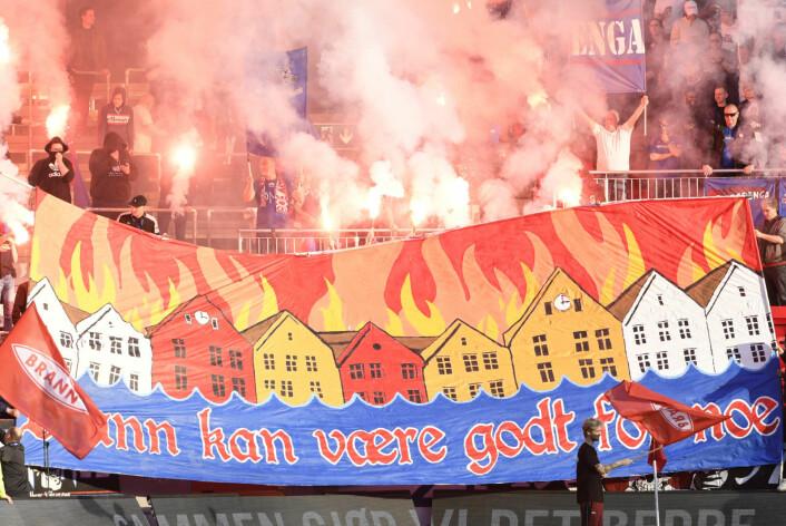 Vålerengafansen med syrlig banner om Bergen og Brann. Bak banneret er tifo, såkalte pyroeffekter, som kun hjemmelagets tilhengere kan bruke, ifølge NFFs regler. Foto: Marit Hommedal / NTB scanpix
