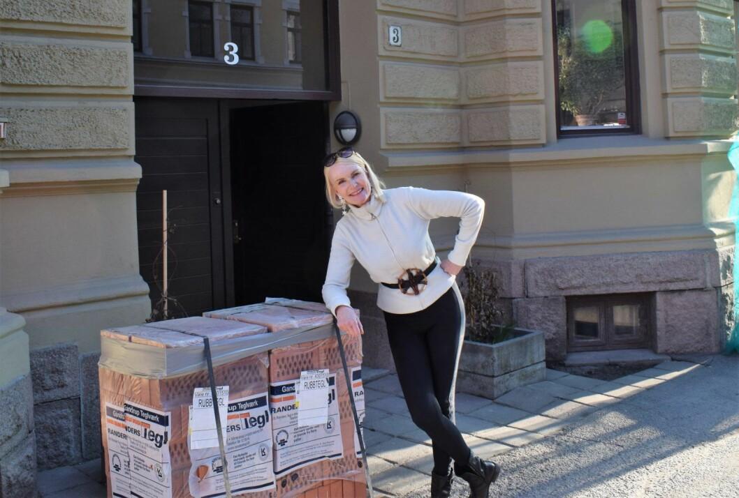 Marit Bakke og naboene i Odins gate 3 gleder seg til å komme i gang med restaurering av den flotte, men slitte bygården fra 1890-tallet. Foto: Lars Erik Haugen / Murbyen Oslo