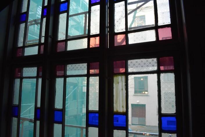Nå blir de gamle vinduene med farget glass satt i stand og gjennvinner sin fordums prakt. Foto: Lars Erik Haugen / Murbyen Oslo
