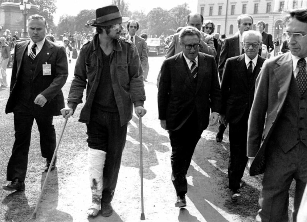 Henning Dahl og Henry Kissinger. Bildet gikk ut i verdenspressen. Foto: Cirkus Verdensteater