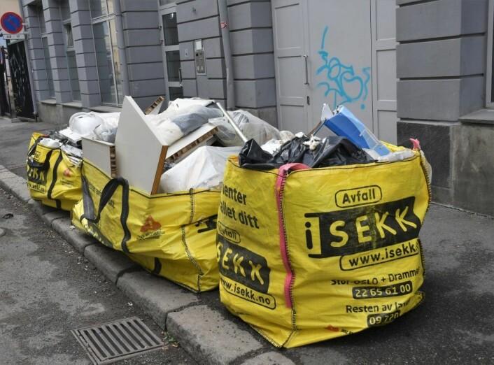 I alt for mange tilfeller settes fulle og brannfarlige avfallssekker alt for nær fasaden på gamle bygårder. Illustrasjonsfoto: Christian Boger