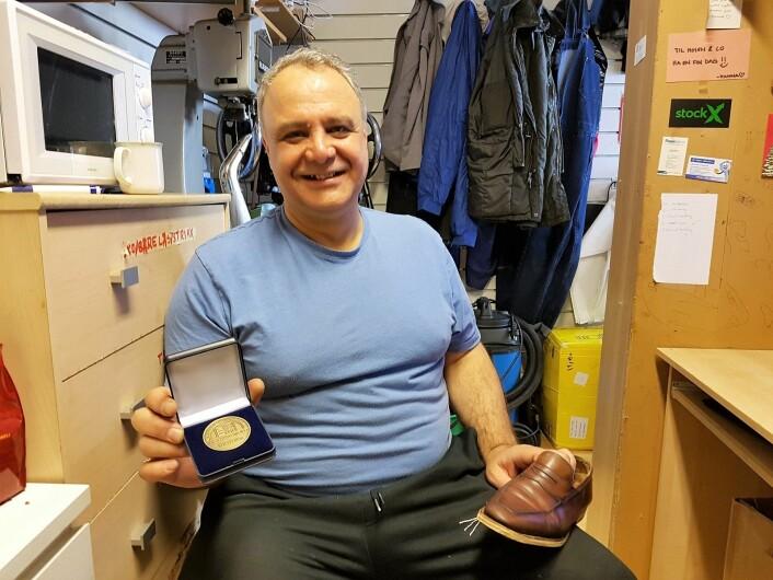 Gholam Hosein med bronsemedaljen han vant tidligere i år. Foto: André Kjernsli
