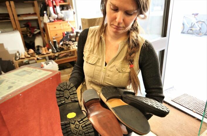Aleksandra S. Diaz viser frem ulike skosåler. Foto: André Kjernsli
