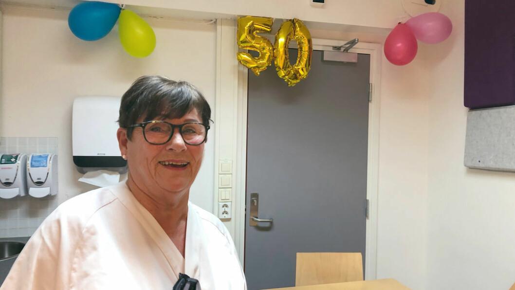 Kjellfrid Sunde har lært opp sikkert tusen sykepleiere i løpet av karrieren. – Vi er mange som har mye å takke Kjellfrid for, sier kollega Pål Hansen. Foto: Ann-Kristin B. Helmers