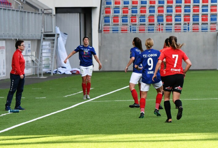 Vålerenga-trener Monica Knudsen var ikke helt fornøyd med spillerne sine. Stadig var hun ute på sidelinja for å gi sine instrukser. Foto: Christian Boger