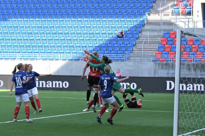 Arnar-Bjørnars Emilie Nautnes tror hun har gitt gjestene ledelsen etter corner. Men dommeren annullert for offside. Foto: Christian Boger