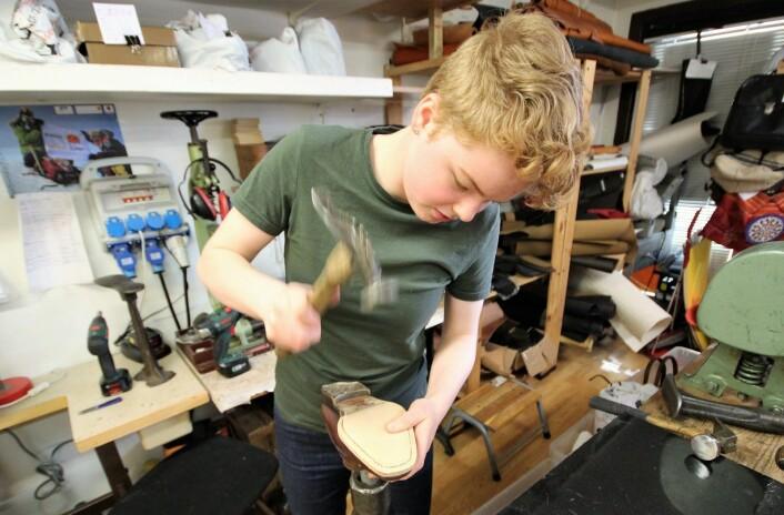 Å være skomaker er godt, gammeldags håndverk, og Inger Sævold trives med det. Foto: André Kjernsli