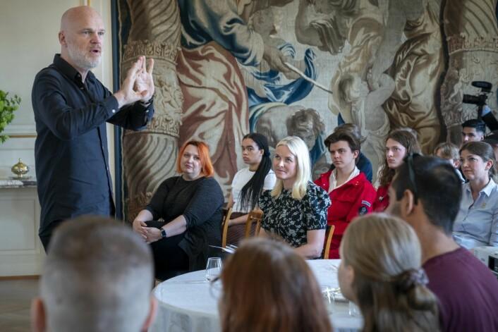 Kronprinsesse Mette-Marit (i midten) har invitert forfatterne Siri Pettersen og Arne Svingen (tv) til å lede et skrivekurs for osloungdom på Skaugum. Foto: Heiko Junge / NTB scanpix