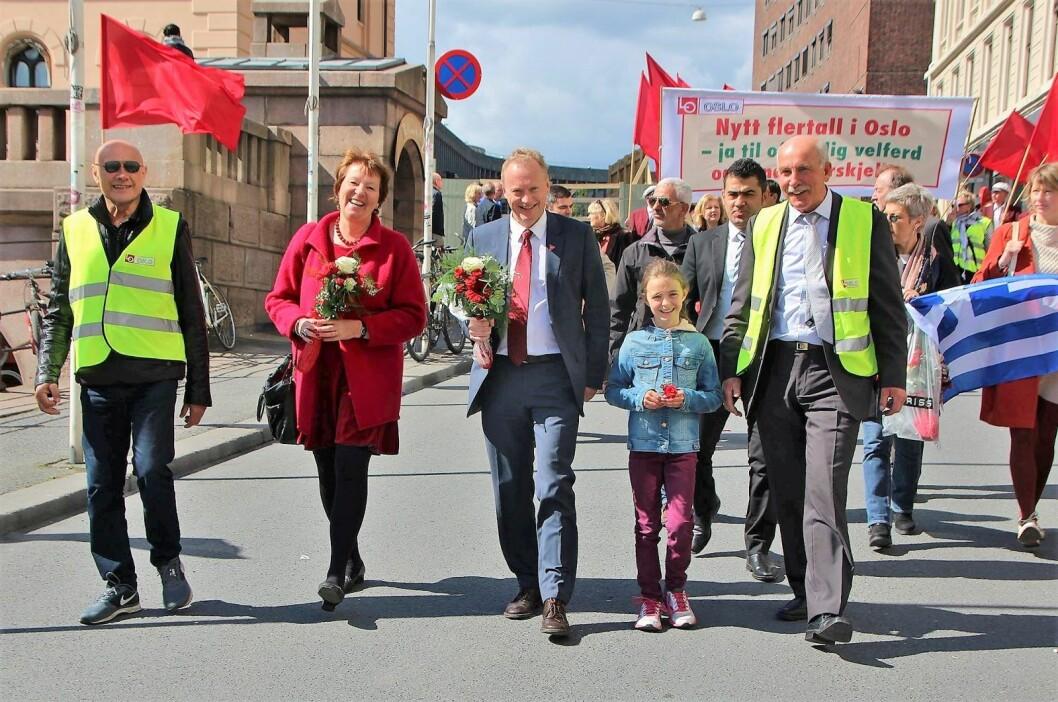 1. mai 2015 hadde Marianne Borgen (SV) og Raymond Johansen  (Ap) startet valgkampen for å danne rødgrønt flertall i Oslo bystyre. Her går de to først i toget i 2015 med Rødts Olaf Svorstøl Sierraalta (ytterst til venstre) og togsjef Steinar Saghaug (til høyre) sammen med barnebarnet Mia. Foto: Jan Saghaug