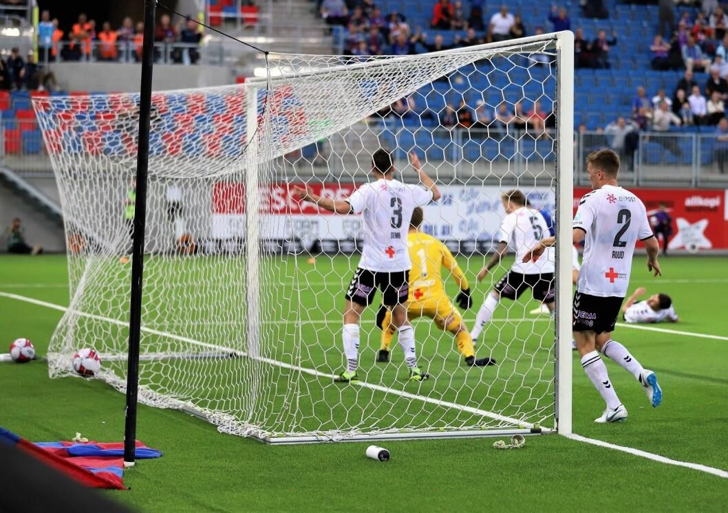 Her trer VIF-innbytter Aron Dønnum, skjult bak Odds forsvarere, inn 1-0 i det 93. minutt og sikrer tre uhyre viktige poeng for Vålerenga. Foto: André Kjernsli
