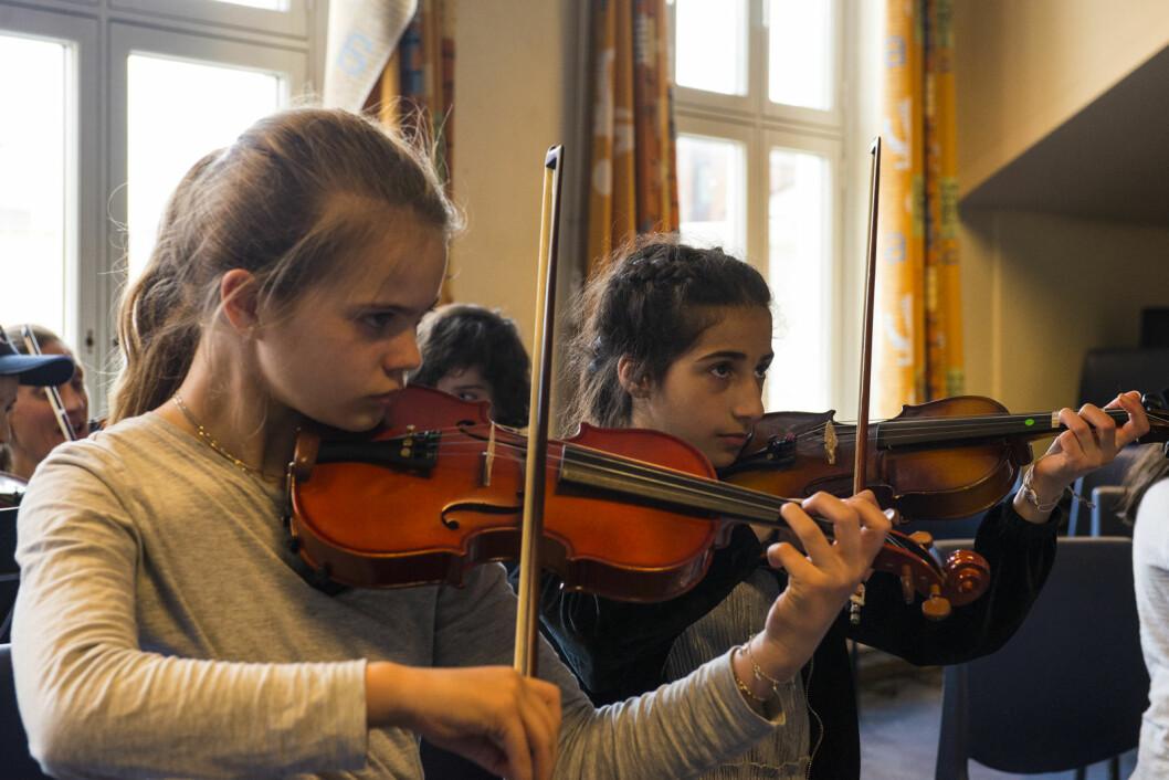 Det lyser konsentrasjon av  fiolinistene Sara og Hawra.