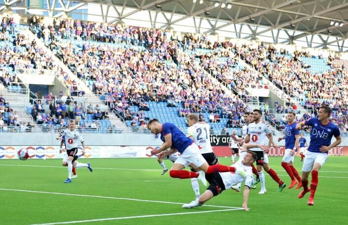 Vålerengas Matthías Vilhjálmsson scorer i det 18. minutt. Men målet annulleres for offside. Det ble likevel tre poeng etter at Aron Dønnum scoret på overtid. Foto: André Kjernsli