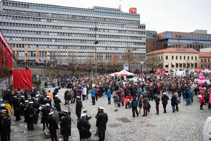 1. mai i fjor var kald og til tider våt i Oslo. I år er det meldt delvis skyet vær med 10 grader på morgenen, mens temperaturen stiger utover ettermiddagen. Foto: Fredrik Hagen / NTB scanpix