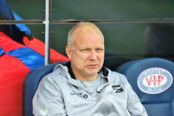 Odd-trener Dag-Eilev Fagermo med innbitt grimase før bortekampen. Humøret ble neppe bedre etter at Vålerenga sikret seg 1-0 og tre poeng på overtid. Foto: André Kjernsli