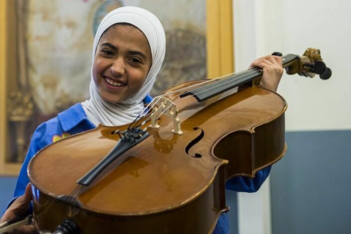 Renim spiller Cello i Tøyen orkester og er stolt av instrumentet sitt. Foto: Morten Lauveng Jørgensen