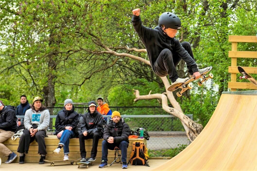 Adrian, en av de unge fryktløse skaterne, får anerkjennende blikk fra veteranene på sidelinja. Foto: Morten Lauveng Jørgensen