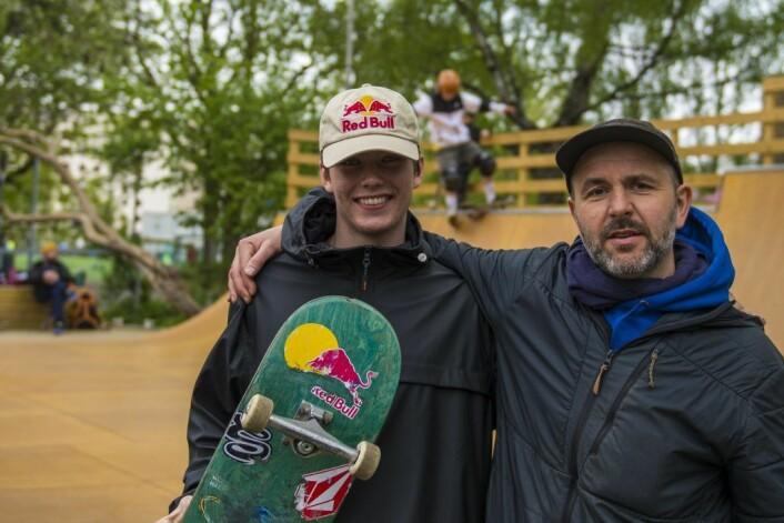 Norgesmester Mats Hatlem (t.v) er et forbilde for mange i skatingmiljøet i Oslo. Her er han sammen med Stian Linnes fra Oslo SkateboardForening ved åpningen på Marienlyst. Foto: Morten Lauveng Jørgensen