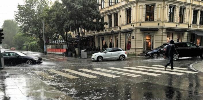 Oslo i regn. Er regnet varslet kan vi ta forhåndsregler og huske på paraply og godt fottøy. Foto: Line Barkved