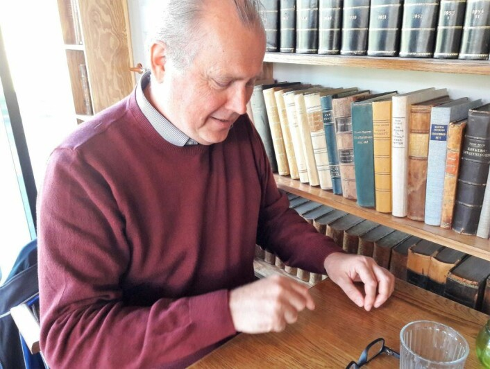 Professor emeritus Trond Iversen forklarer at det var buktninger på jetstrømmen av luft rundt jorda som gjorde at april ble varm, mens mai ble kald i Oslo. Foto: Anders Høilund