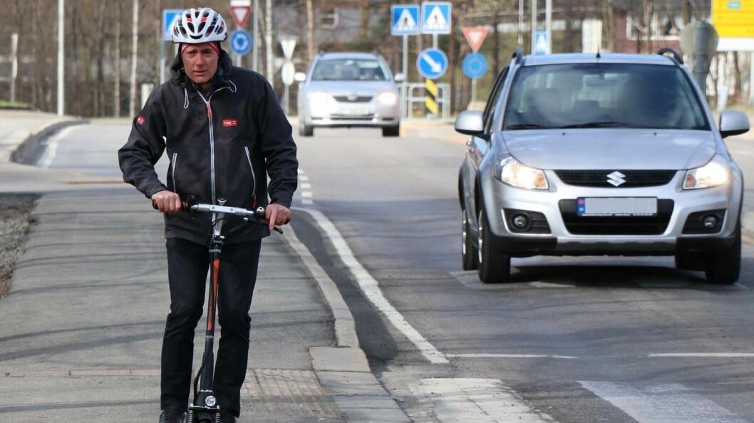 Ekspert på forebygging i Tryg Forsikring, Øyvind Setnes, kjører selv elektrisk sparkesykkel. Han frykter flere ulykker i tiden som kommer. Foto: Tryg Forsikring
