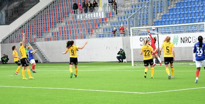 Så nærme var Vålerenga og Natasha Dowie å ta med seg poeng fra kampen mot Lillestrøm søndag. Treverk og en tvilsom offsideavgjørelse hindret poeng for Vålerenga-jentene. Foto: Christian Boger