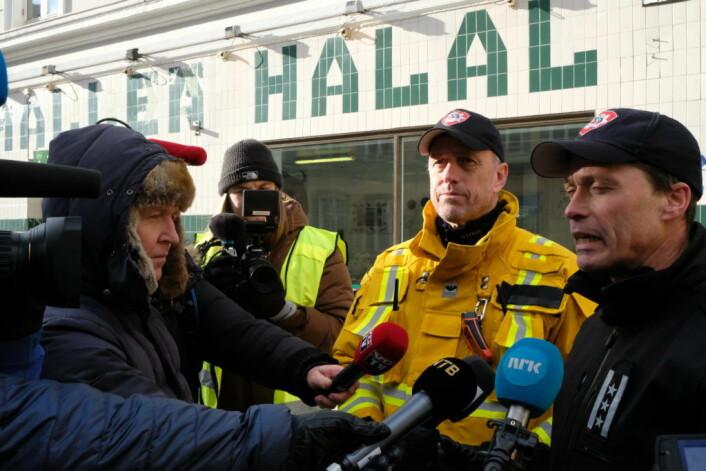 Brannsjef Jon Myroldhaug (t.h) og innsatsleder brann, Lars Brenden måtte svare på spørsmål om de fryktet en pysoman gikk løs etter fem alvorlige boligbranner på ett døgn i Oslo. Foto: Christian Boger