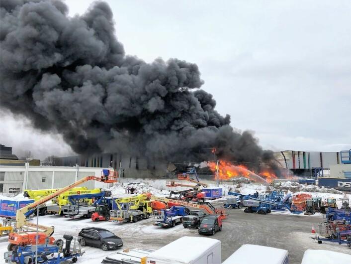 — Deler av Norsk Gjenvinnings bygning på Haraldrud raste sammen allerede da den første brannbilen ankom, skriver brannvesenet i sin årsrapport. Foto: Oslo brann- og redningsetat