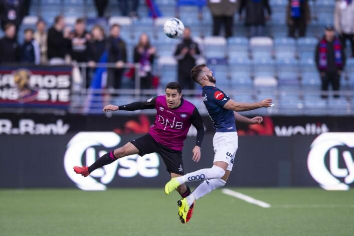 Vikings Zlatko Tripic i duell med Vålerengas Efraín Juárez på SR-Bank Arena i Stavanger. Foto: Carina Johansen / NTB Scanpix