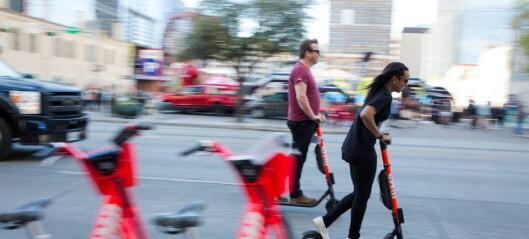 I Oslo ligger el-sparkesyklene strødd, og bruken er lite regulert. Utenlands møter ståhjulingene stadig strengere krav etter alvorlige ulykker