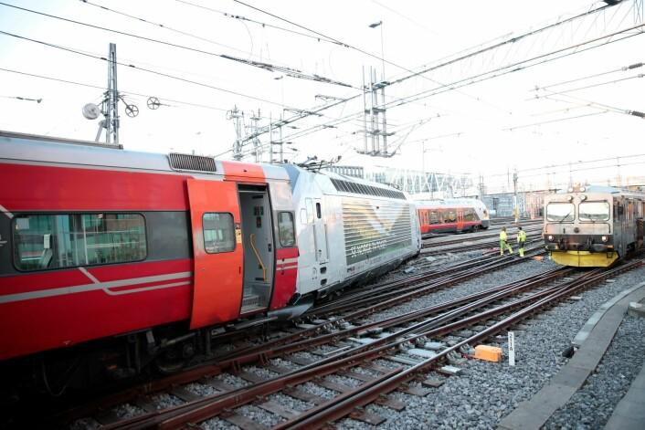 Togavsporingen, som skjedde like ved Oslo S, medførte at tre spor måtte stenges. Ingen personer ble skadd, men skinnegangen fikk litt skader. Foto: Håkon Mosvold Larsen / NTB scanpix