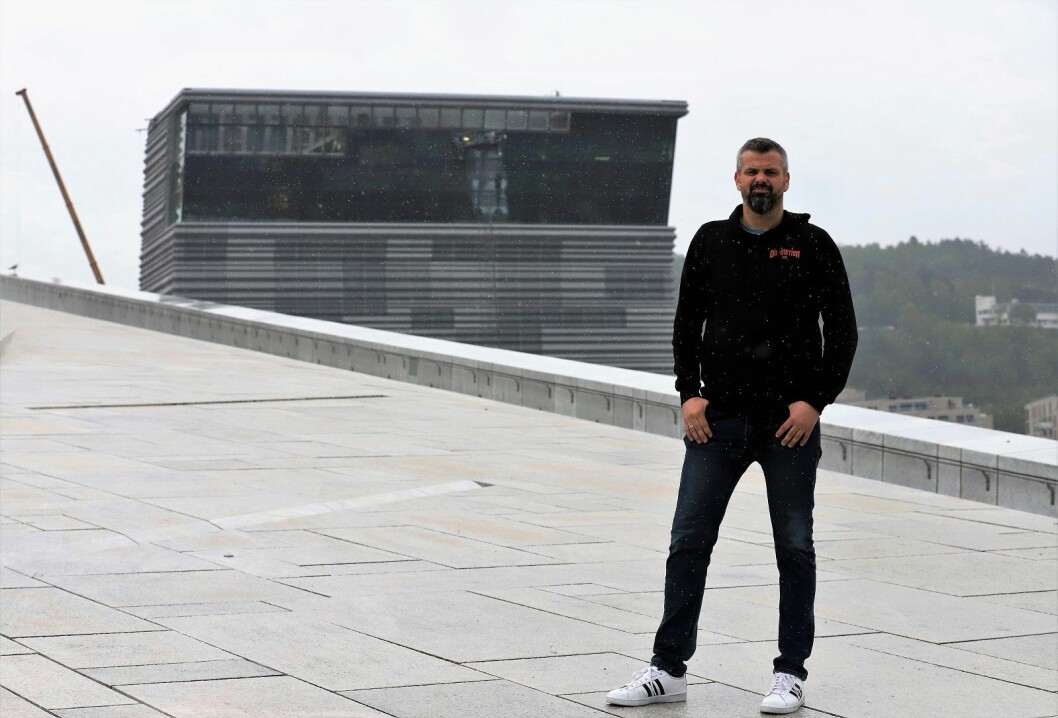 Bookingsjef i Tons of Rock,  Jarle Kvåle, foran det nye Munchmuseet. Festivalen skal avholdes på Ekeberg, som skimtes i bakgrunnen. Foto: André Kjernsli