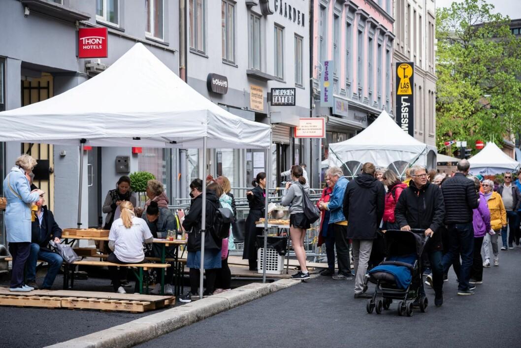 Selv med høstvær i mai kom det mye folk til Vårfesten i Dronningens gate. Foto: Bjørnar Morønning