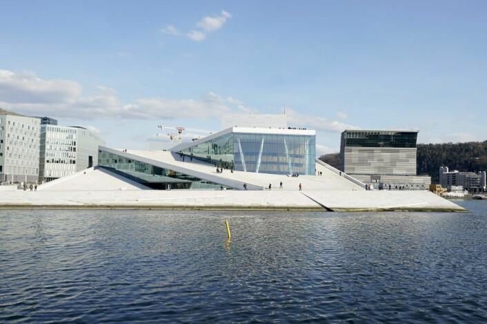 Operahuset og det nye Munch-museet bader i sol. Operaen er internasjonalt og lokalt anerkjent som et arkitektonisk mesterverk. Mens Munch-museet og Lambda er kontroversielt i mange kretser. Foto: Fredrik Hagen / NTB scanpix
