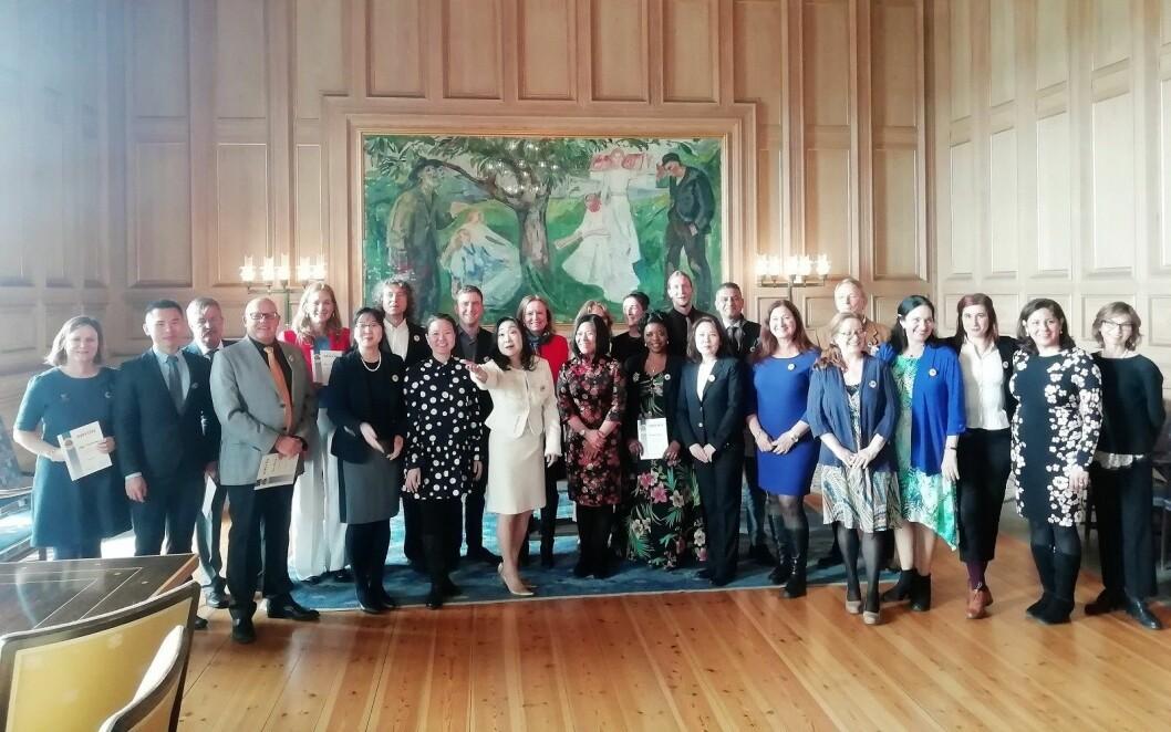 Nyutdannede osloguider i det praktfulle Munch-rommet i Oslo rådhus. Rommet brukes både til vielser og pressekonferanser. Og er svært populært blant turister som vil se Edvard Munchs verk. Foto: Tove Gjersrud