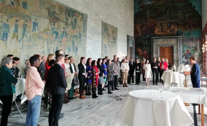 """Ordfører Marianne Borgen (SV) med de nyutdannede osloguidene i Rådhusets festsal. Foto: <span class=""""_5yl5"""">Tove Gjersrud</span>"""