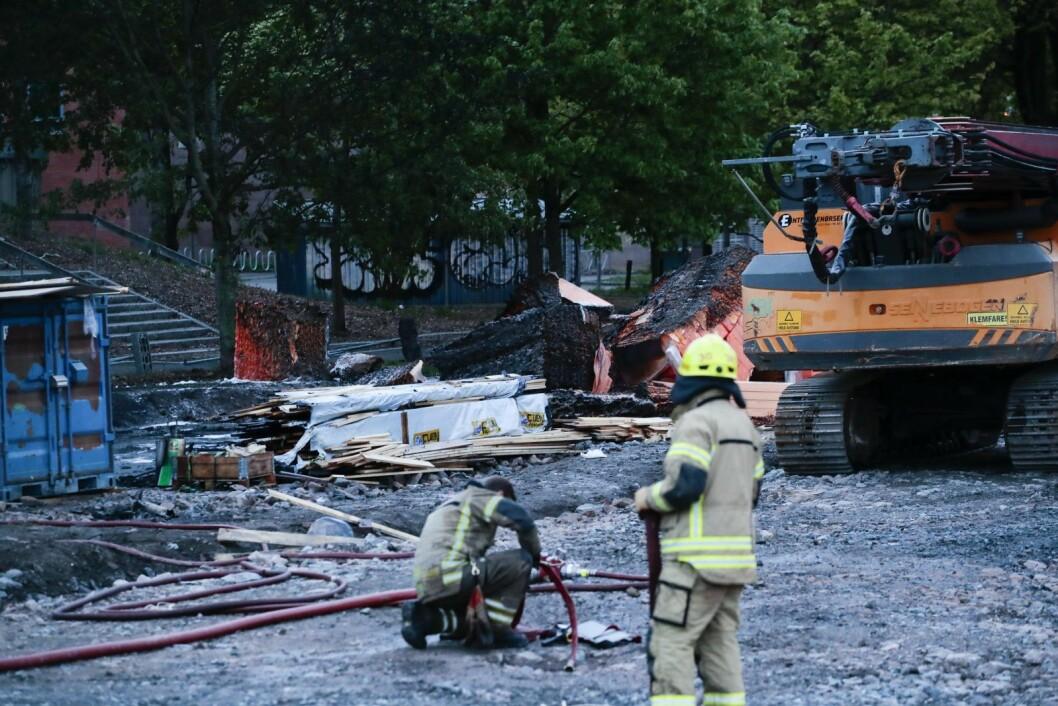 Ved 21.30-tiden var brannen slukket. Men Oslo brann- og redningsetat fortsatte med etterslokking. Foto: Håkon Mosvold Larsen / NTB scanpix