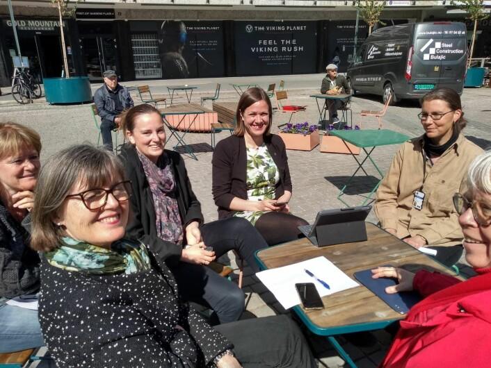 Byutviklingsbyråd Hanna E. Marcussen (MDG) og hennes stab fikk nyte bilfrie Frithjof Nansens plass da brannalarmen gikk i Oslo rådhus sist uke og alle ble evakuert. Foto: Arnsten Linstad