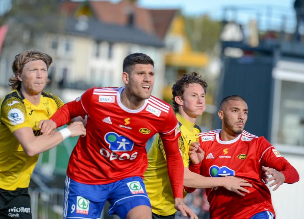 Ballen kommer inn foran mål. Skeids David Tavakoli (9) og Ayoub Aleesami gjør seg klare for å kjempe om ballen. Raufoss-spillerne holder pusten. Foto: Anders Vindegg
